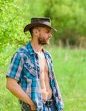 Propriétaire de rancho Cowboy musculaire de torse de visage non rasé d'homme Concept de ferme Cowboy barbu de type en nature Mach image stock