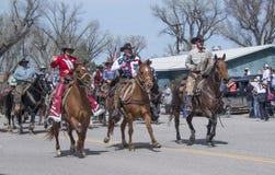 Propriétaire de Rex Walker de ranch de sombrero et Mlle Colorado Rodeo 2018 montant leur rue principale de chevaux vers le bas da Photographie stock libre de droits
