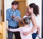 Propriétaire demandant à la famille l'argent image libre de droits