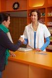 Propriétaire donnant la prescription image libre de droits