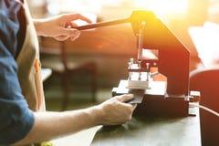 Propriétaire en cuir d'atelier Photos stock