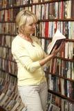 Propriétaire féminin dans la librairie Image libre de droits