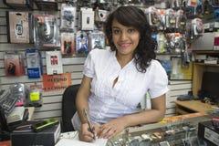 Propriétaire féminin faisant Bill At Mobile Store images stock