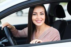 Propriétaire heureux d'un véhicule neuf image libre de droits
