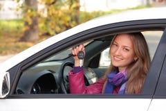 Propriétaire heureux d'un véhicule neuf. image stock