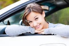 Propriétaire heureux d'une nouvelle voiture souriant à vous photos stock