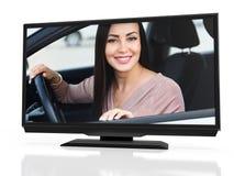 Propriétaire heureux d'une nouvelle voiture sur un écran de moniteur noir de LED images stock