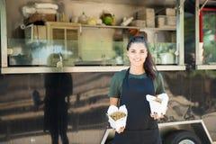 Propriétaire oriental de camion de nourriture photographie stock libre de droits