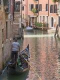 Propriétaire simple de gondole flottant vers le haut d'un canal de Venise photo libre de droits