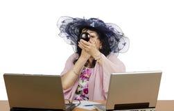 Propriétaire temporaire en ligne de studio appliquant la poudre sur son visage photographie stock