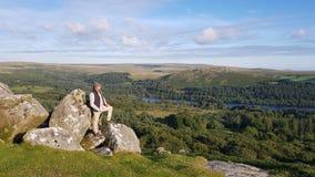 Propriétaire terrien d'agriculteur de Dartmoor regardant au-dessus du dartmoor Image stock