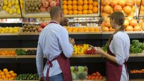 Propriétaires d'épicerie commandant des produits utilisant le comprimé clips vidéos