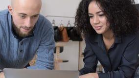 Propriétaires d'un petit email de lecture de studio de conception de mode banque de vidéos