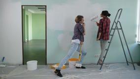 Propriétaires d'une maison insouciants faisant la rénovation de la maison banque de vidéos