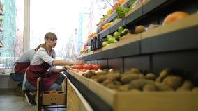 Propriétaires de couples de métis travaillant à l'épicerie banque de vidéos