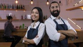Propriétaires divers de café avec le sourire plié de mains banque de vidéos