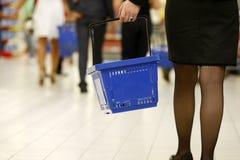 Propriétaires faisant des emplettes au supermarché Image libre de droits