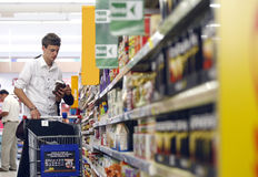 Propriétaires faisant des emplettes au supermarché images stock