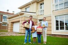 Propriétaires se déplaçant à la nouvelle maison photos libres de droits