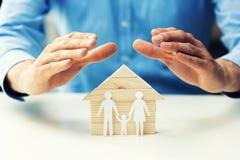 Propriedade da família, vida e conceito do seguro de saúde fotos de stock