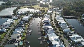 Propriedade do canal do barco de Gold Coast e propriedade de RiverLinks ao lado da ilha da esperança do rio de Coomera, filme