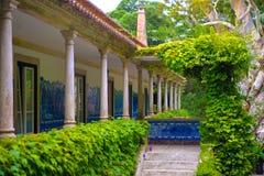 Propriedade luxuosa, balcão da mansão, colunas de mármore, parede pintado à mão das telhas imagens de stock