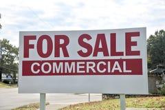 Proprietà da vendere l'annuncio pubblicitario immagini stock libere da diritti