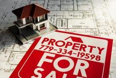 Proprietà da vendere l'impresa immobiliare dell'alloggio del bordo del segno Immagini Stock Libere da Diritti