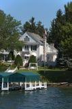 Proprietà di lusso estate della casa moderna del lago su acqua Immagini Stock