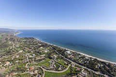 Proprietà di Malibu di vista di oceano aeree immagine stock