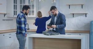 Proprietà di rappresentazione dell'agente immobiliare ad una coppia stock footage