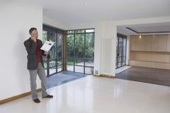 Proprietà di Using Cellphone In dell'agente immobiliare nuova fotografie stock