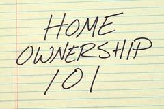 Proprietà domestica 101 su un blocco note giallo Immagine Stock
