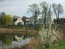 Proprietà e chiesa del paese di Priestâs Fotografia Stock