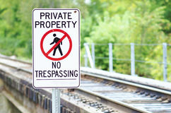 Proprietà privata, nessun segno di Tresspassing ai binari ferroviari Fotografie Stock