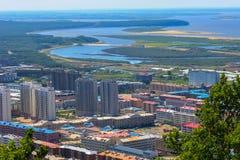 Proprietà residenziale moderna in un'area verde immagine stock libera da diritti