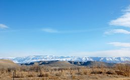 Proprietà rurale del ranch con le viste della montagna Immagini Stock