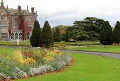 Proprietà terriera famosa e giardini di Adare che circondano la proprietà, Adare, Irlanda, 2014 Immagine Stock