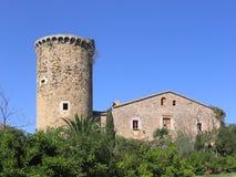 Proprietà terriera mediterranea antica con il posto di guardia (Costa Brava, Spagna) immagine stock