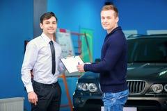 Proprietário de carro que assina uma ordem do serviço Fotografia de Stock Royalty Free