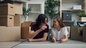 Proprietário de casa que dá chaves a sua amiga e que beija após mover-se para o plano novo video estoque