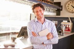 Proprietário de restaurante masculino que guarda a tabuleta digital, retrato imagens de stock