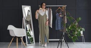 Proprietário do boutique que faz o vlog sobre o vestido e o acessório novos video estoque