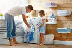Proprietário e criança felizes do pai do pai de família na lavanderia com foto de stock royalty free