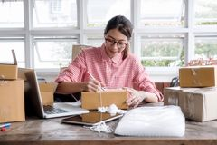 Proprietário empresarial pequeno do empresário startup novo que trabalha em casa, imagens de stock