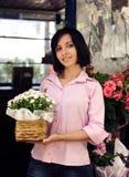 Proprietário empresarial pequeno: mulher e sua loja de flor Fotografia de Stock Royalty Free