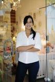 Proprietário empresarial pequeno: mulher orgulhosa e sua loja fotos de stock royalty free
