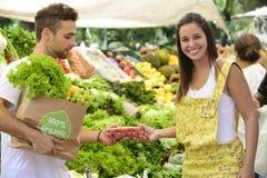Proprietário empresarial pequeno que vende frutos orgânicos. imagem de stock