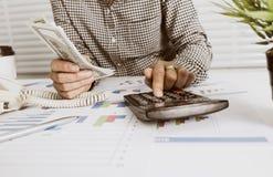 Proprietário empresarial que calcula a renda diária foto de stock