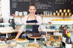 Proprietário fêmea novo orgulhoso do café Fotografia de Stock Royalty Free